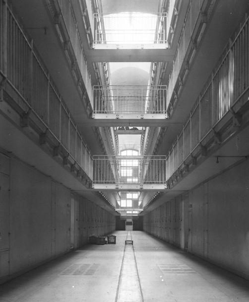 24-4-13_prison_de_Fresnes_galerie_[...]Agence_Rol_btv1b6924795j