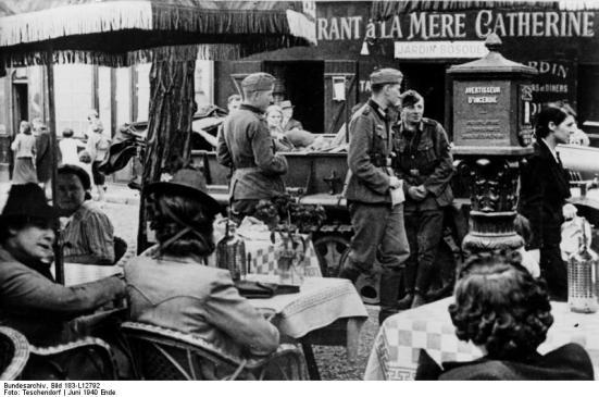 Paris, deutsche Soldaten vor einem Restaurant