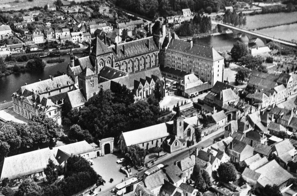 RDB Abbaye de Solsmes et vue générale bourg